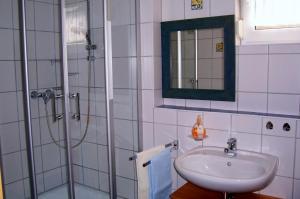 Bad mit Dusche & WC | Ferienwohnung Ambiente am Europa-Park Rust