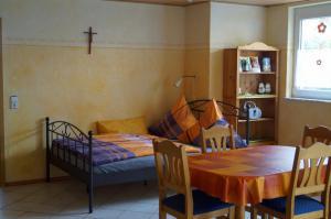 Ess- & Schlafbereich | Ferienwohnung Ambiente am Europa-Park Rust